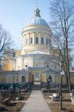 Eine Ansicht der Dreiheits-Kathedrale am Alexander Nevsky Lavra March-Nachmittag vom Sankt- Nikolauskirchhof St Petersburg Lizenzfreie Stockfotografie