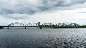 Eine Ansicht der Eisenbahnbrücke über Daugava-Fluss in Riga, Lettland, am 25. Juli 2018 lizenzfreies stockbild