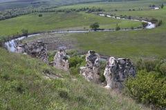 Eine Ansicht der Flusswicklung durch die Felder mit dem Kreide ro Lizenzfreies Stockfoto