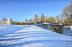 Eine Ansicht der Karpin-Brücke und der Gatchina-Palast im Palast parken Stockfotografie