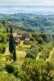 Eine Ansicht der Landschaft, welche die mittelalterliche Stadt von Montepulciano in Toskana, Italien umgibt stockfotos