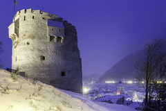 Eine Ansicht der mittelalterlichen Stadt von Brasov, Rumänien 10. Dezember 2015 mit Weihnachtsbaum herein in die Stadt und dem al Lizenzfreies Stockbild