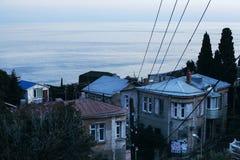 Eine Ansicht der Stadthäuser auf dem Hintergrund des Meeres Stockfotografie