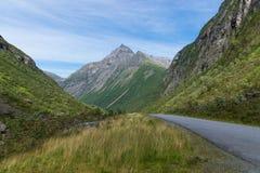 Eine Ansicht der Straße zwischen den Bergen in Norwegen stockfoto