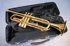 Eine Ansicht der Trompete auf dem dunklen Kasten lizenzfreies stockfoto