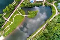 Eine Ansicht der Wege und des Teichs mit einer Insel in Moskau im s Lizenzfreie Stockfotos