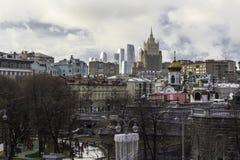 Eine Ansicht der Wolkenkratzer von der Seite der patriarchalischen Brücke lizenzfreie stockfotografie