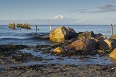 Eine Ansicht des alten Wellenbrechers in Riga-Bucht, Jurmala, Lettland lizenzfreies stockfoto