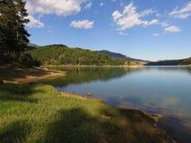 eine Ansicht des Aoos Sees, Epirus Griechenland Lizenzfreie Stockfotos