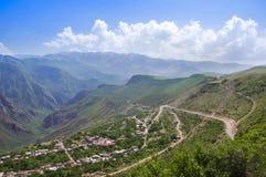 Eine Ansicht des Dorfs von Alidzor, der Berge und der Schlucht Der blaue Sommerhimmel Schöne Landschaft, Armenien Lizenzfreie Stockfotos