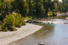 Eine Ansicht des Drome-Flusses in südöstlich Frankreichs auf der Höhe des Sommers mit Schindel setzt auf den Strand, wenn der Flu Stockfotografie