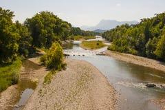 Eine Ansicht des Drome-Flusses in südöstlich Frankreichs auf der Höhe des Sommers mit Schindel setzt auf den Strand, wenn der Flu Stockfotos