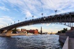 Eine Ansicht des Flusses, der Brücke und des Monuments zu König Peter das erste Stockbild