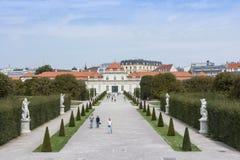 Eine Ansicht des Gartens und des Belvederegebäudes in Wien stockbilder