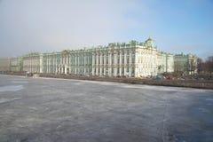 Eine Ansicht des gefrorenen Neva und der Winter-Palast am März-Nachmittag St Petersburg Lizenzfreie Stockfotos