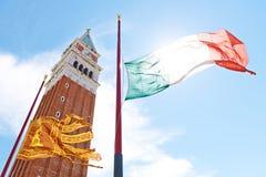 Eine Ansicht des Glockenturms Sans Marco und der Flagge Lizenzfreies Stockbild