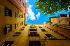 Eine Ansicht des Himmels im Hof Stockfotos