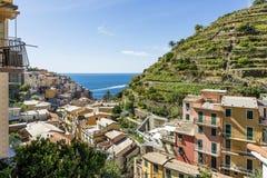 Eine Ansicht des Küstendorfs von Manarola im Cinque Terre-Park, Ligurien, Italien lizenzfreie stockfotos