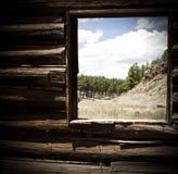 Eine Ansicht des Kiefernwaldes und -berge, wie von einem rustikalen Blockhaus gesehen Lizenzfreies Stockfoto