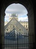 Eine Ansicht des Louvre-Museums in Paris stockbild