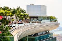 Eine Ansicht des Marina Bay Sands-Swimmingpools in Singapur mit vielen stockbilder