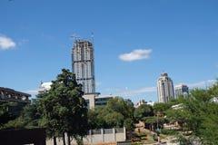 Eine Ansicht des neuesten Hochhauswolkenkratzergebäudes auf den Skylinen von Sandton, der wirtschaftlichen und Finanznabe der Sta lizenzfreies stockfoto