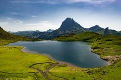 Eine Ansicht des ` Ossau Pic du Midi s d mit See in den französischen Pyrenäen stockbild