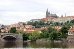 Eine Ansicht des Prag-Schlosses und des die Moldau-Flusses in Prag Stockfoto