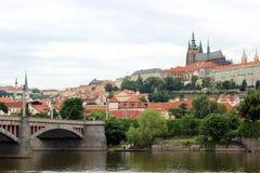Eine Ansicht des Prag-Schlosses und des die Moldau-Flusses in Prag Lizenzfreies Stockbild