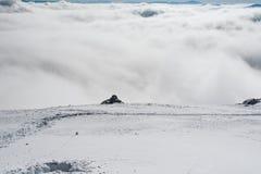 Eine Ansicht des Tales vom Rand einer schneebedeckten Steigung lizenzfreies stockbild