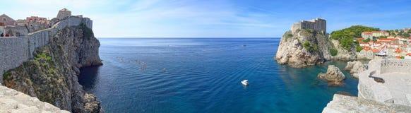 Eine Ansicht Dubrovnik-Westhafens, des Forts Lovrijenac und des Horizontes des adriatischen Meeres lizenzfreies stockbild