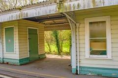 Eine Ansicht durch eine schmutzige ländliche Bahnplattform lizenzfreie stockbilder