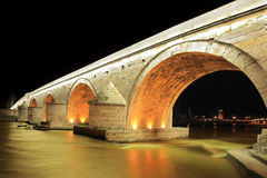 Eine Ansicht einer berühmten Steinbrücke in Skopje lizenzfreies stockbild