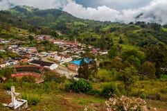Eine Ansicht einer kolumbianischen Stadt lizenzfreie stockbilder