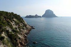 Eine Ansicht eines enormen Pyramidenfelsens nannte ¡ Es Vedrà nahe der Insel von Ibiza im Mittelmeer lizenzfreies stockbild
