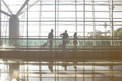 Eine Ansicht eines Mannes, der in einen Flughafen geht lizenzfreie stockfotografie