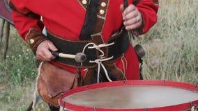 Eine Ansicht eines Mannes im ethnischen Kostüm, welches die Trommeln spielt stock footage