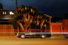 Eine Ansicht eines Muskel-Sportautopackwagens der Weinlese klassischen amerikanischen heben LKW auf und Licht schleppt durch Verk stockfotografie