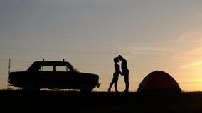 Eine Ansicht eines Schattenbildes eines glücklichen liebevollen Paares Junger Mann und junge Frau stehen Hand in Hand und umarmen stock video