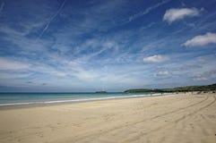 Eine Ansicht entlang den Strand an Gwithian-Strand lizenzfreie stockbilder