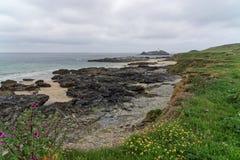Eine Ansicht entlang die Gwithian-Küstenlinie stockbild