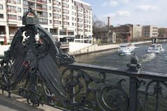 Eine Ansicht am Fluss Gelage von der Weidendammer-Brücke Lizenzfreie Stockfotografie