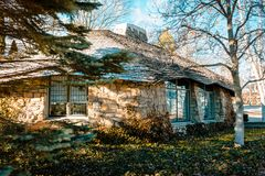 Eine Ansicht hinter eins von ` s Mushroomm Earl Young Häusern in Charlevoix Michigan Stockfotografie