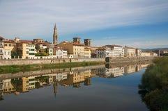 Eine Ansicht hinunter den der Arno-Fluss in Florenz stockbild