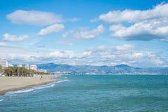 Eine Ansicht nach Mittelmeer und Torremolinos setzt mit Bergen auf dem Hintergrund auf den Strand Stockfotos