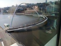 Eine Ansicht in Richtung zu Newcastle nach Tyne einschlie?lich die Jahrtausendbr?cke, -tyne und -kai stockfotografie