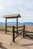 Eine Ansicht vom Beobachtungsschreibtisch mit Zaun zu den Feldern, zu den Bauernhöfen und zu den Bergen Stockfotos