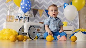 Eine Ansicht vom Boden auf einem Kleinkind mit Zitronen stock video footage