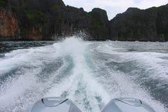 Eine Ansicht vom Boot zu den Bergen Stockbild