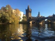 Eine Ansicht vom Fluss zu Charles Bridge lizenzfreie stockfotos